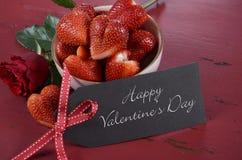 Ciotola di giorno di biglietti di S. Valentino di fragole splendide di rosso di forma del cuore Fotografie Stock Libere da Diritti