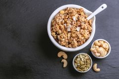 Ciotola di granola casalingo con i dadi Copi lo spazio Immagine Stock Libera da Diritti