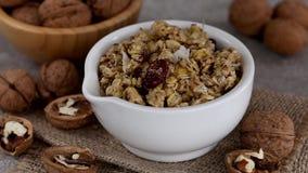 Ciotola di granola casalingo con i dadi e l'uva passa video d archivio
