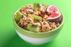 Ciotola di granola casalingo con le banane ed i fichi freschi Fotografia Stock Libera da Diritti