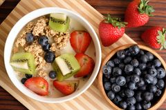 Ciotola di Granola con la frutta fresca fotografie stock libere da diritti