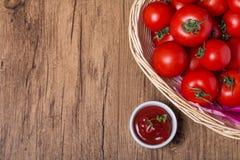 Ciotola di ketchup e di pomodori della salsa al pomodoro immagini stock libere da diritti