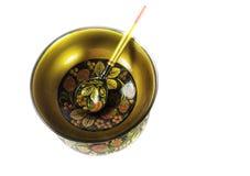 Ciotola di Khokhloma e di legno e cucchiaio dipinti a mano, arte di piega russa Fotografia Stock