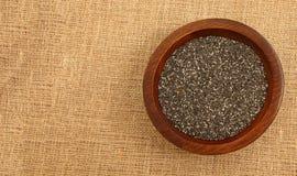 Ciotola di legno con Chia Seeds immagini stock libere da diritti