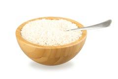 Ciotola di legno con riso ed il cucchiaio immagini stock