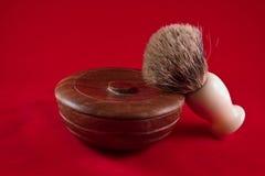 Ciotola di legno e spazzola del sapone da barba immagine stock