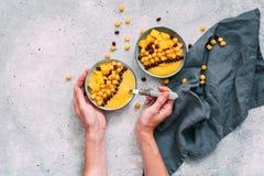Ciotola di mango fresco sano su fondo grigio Immagini Stock Libere da Diritti