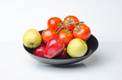 Ciotola di mele variopinte dei pomodori delle verdure e della frutta Fotografia Stock Libera da Diritti