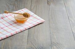 Ciotola di miele con il bastone del miele Fotografia Stock