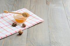 Ciotola di miele con il bastone del miele Fotografie Stock Libere da Diritti