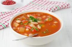 Ciotola di minestra arrostita del pomodoro con i fagioli, il sedano ed il peperone dolce, Fotografia Stock