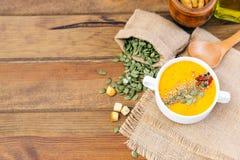Ciotola di minestra deliziosa della zucca Vista superiore fotografia stock libera da diritti