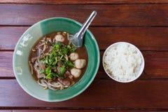 Ciotola di minestra di pasta tailandese pungente della carne di maiale Fotografie Stock Libere da Diritti