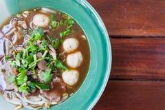 Ciotola di minestra di pasta tailandese pungente della carne di maiale Immagine Stock