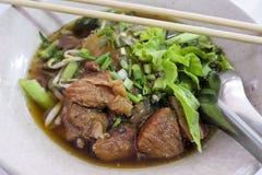Ciotola di minestra di tagliatella tailandese del porco di stile Fotografia Stock