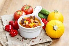 Ciotola di minestra e di ortaggi freschi di goulash Fotografia Stock Libera da Diritti