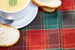 Ciotola di minestra e di pane Fotografie Stock