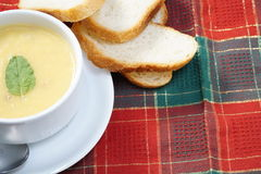 Ciotola di minestra e di pane Fotografia Stock