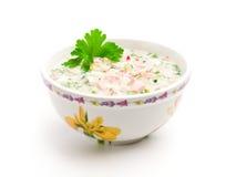 Ciotola di minestra fredda con le verdure tagliate Fotografie Stock