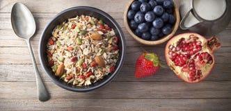 Ciotola di muesli del Granola della frutta del cereale fotografie stock libere da diritti