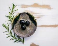 Ciotola di olio d'oliva vergine extra con i rosmarini Ramoscelli dei rosmarini Fotografia Stock Libera da Diritti