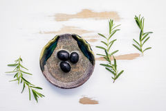 Ciotola di olio d'oliva vergine extra con i rosmarini Ramoscelli dei rosmarini Fotografie Stock