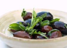 Ciotola di olive e di erbe Immagine Stock Libera da Diritti