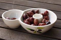 Ciotola di olive saporite di kalamata Immagini Stock Libere da Diritti