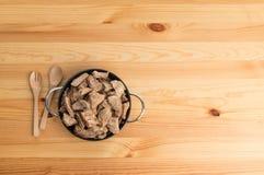 Ciotola di ossequio del cane sulla tavola di legno Immagine Stock Libera da Diritti