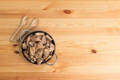 Ciotola di ossequio del cane sulla tavola di legno Fotografie Stock