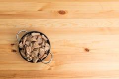 Ciotola di ossequio del cane sulla tavola di legno Fotografie Stock Libere da Diritti