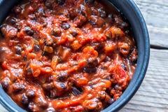 Ciotola di peperoncino rosso del fagiolo nero Immagini Stock