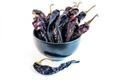 Ciotola di peperoncino rosso secco di Guajillo del peperoncino rosso (Cile) Immagine Stock