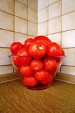 Ciotola di pomodori rossi maturi adatti a salsa Fotografia Stock Libera da Diritti
