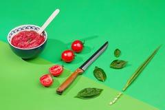 Ciotola di pomodori tagliati sulla tavola verde Fotografie Stock Libere da Diritti