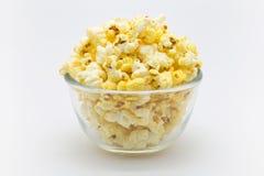 Ciotola di popcorn dolce del caramello fotografie stock libere da diritti