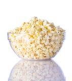 Ciotola di popcorn su priorità bassa bianca Immagine Stock