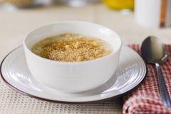Ciotola di porridge con guarnizione dorata Fotografia Stock