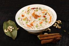 Ciotola di riso fritto del vegetariano fotografie stock libere da diritti