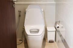 Ciotola di sciacquone moderna bianca in un bagno, gabinetto, toilette con sciacquone, lavabo di lusso moderno di progettazione immagine stock libera da diritti