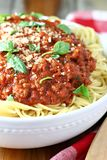 Ciotola di spaghetti con la salsa della carne fotografia stock