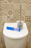 Ciotola di toilette con il detersivo immagini stock