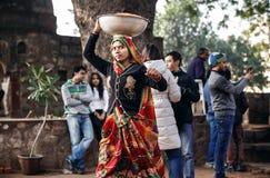 Ciotola di trasporto della donna indiana sulla testa Fotografie Stock