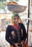 Ciotola di trasporto della donna indiana sulla testa Fotografia Stock