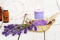 Ciotola di trattamento petrolio- di bellezza del sale da bagno e di massaggio della lavanda Fotografia Stock Libera da Diritti