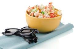 Ciotola di vetri di film 3D e del popcorn Fotografie Stock Libere da Diritti