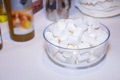 Ciotola di vetro con la caramella gommosa e molle bianca immagini stock libere da diritti