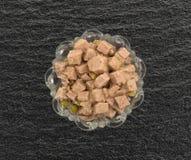 Ciotola di vetro di cibo per cani dell'anatra e dell'agnello Fotografia Stock Libera da Diritti