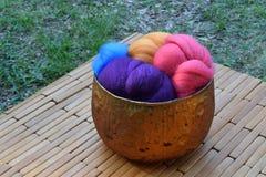 Ciotola di vetro di rame di fibra di lana variopinta delle pecore Immagine Stock