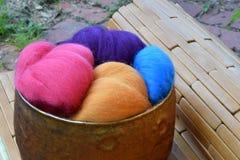 Ciotola di vetro di rame di fibra di lana variopinta delle pecore Immagine Stock Libera da Diritti